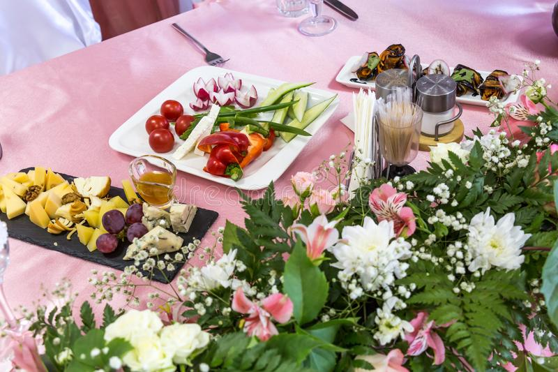 Gediente Tabellen am Bankett Getränke, Snäcke, Zartheit und Blumen im Restaurant Ein Galaereignis oder -Hochzeit stockfotografie