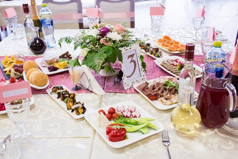 Gediente Tabellen am Bankett Getränke, Snäcke, Zartheit und Blumen im Restaurant Ein Galaereignis oder -Hochzeit lizenzfreie stockbilder