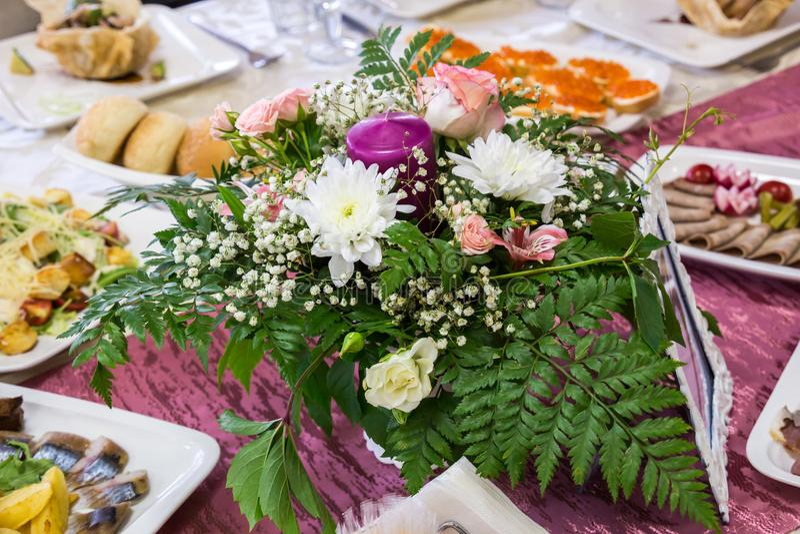 Gediente Tabellen am Bankett Getränke, Snäcke, Zartheit und Blumen im Restaurant Ein Galaereignis oder -Hochzeit lizenzfreie stockfotografie