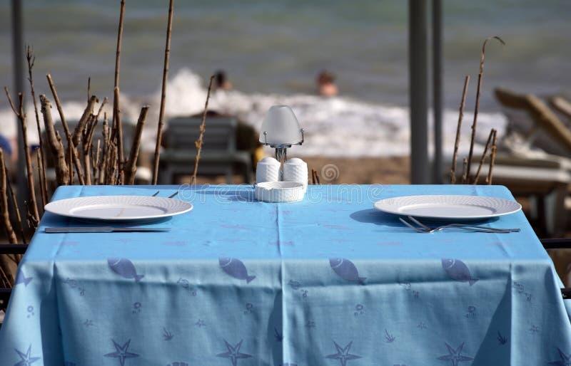 Gediente Tabellen in der Strandgaststätte lizenzfreie stockfotos