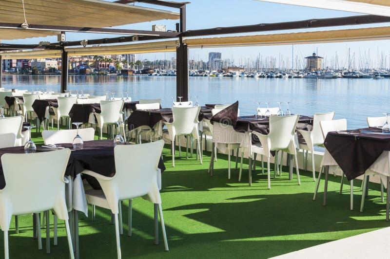 Gediente Tabellen an der Strandgaststätte des yachting Klumpens lizenzfreie stockfotografie