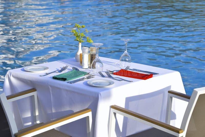 Gediente Tabellen des Restaurants auf dem Strand stockbild