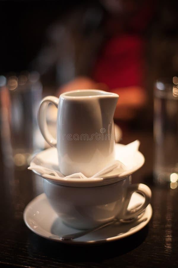 Gedienter Espressokaffee mit Heißwasser für caffe americano Abschluss stockfotografie