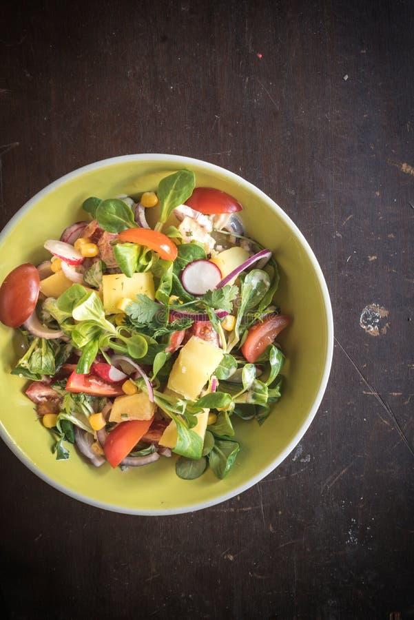Gedienter vegetarischer Salat lizenzfreies stockbild