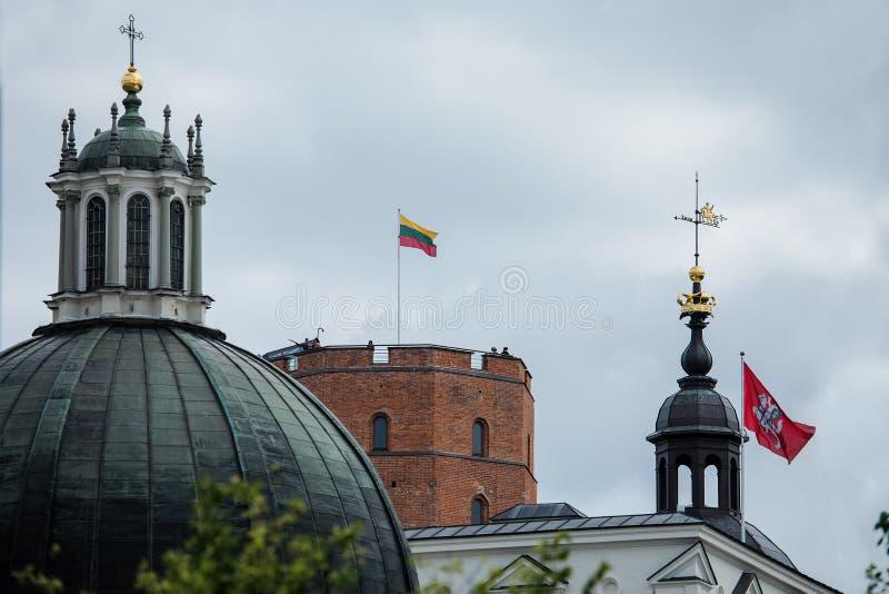 Gediminas torn på kullen i den gamla stadmitten i Vilnius arkivfoton