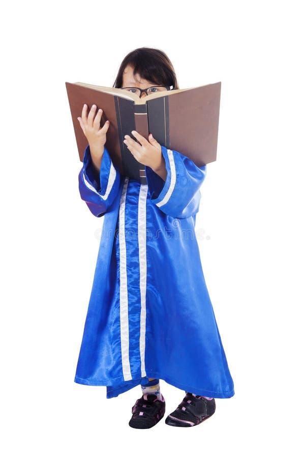 Gediplomeerd meisje die een boek op studio lezen royalty-vrije stock afbeelding