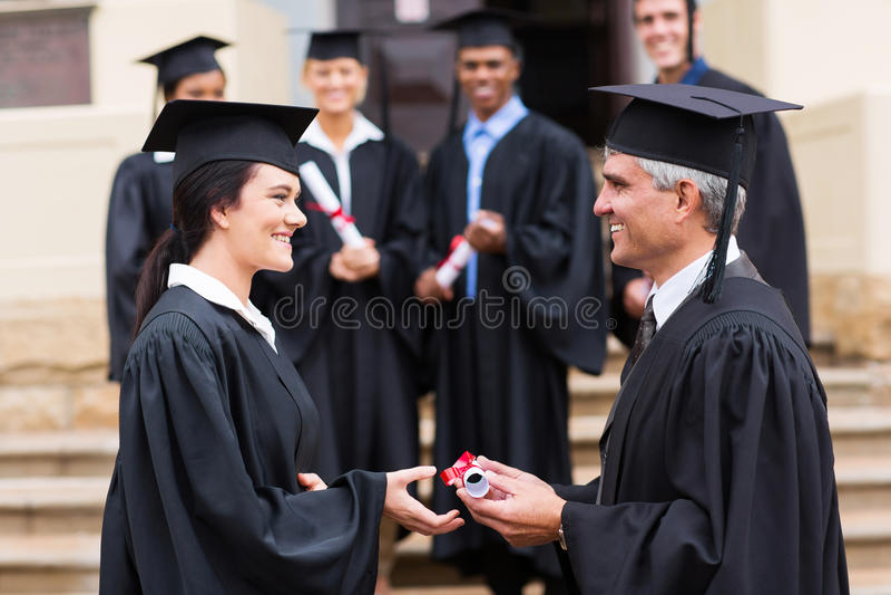 Gediplomeerd ontvangend diploma royalty-vrije stock foto