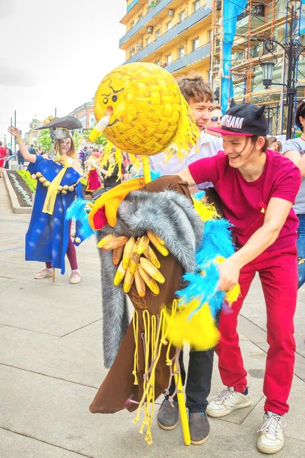 gediplomeerde met een marionet in de handen van de viering van gediplomeerden van stedelijke scholen stock afbeelding