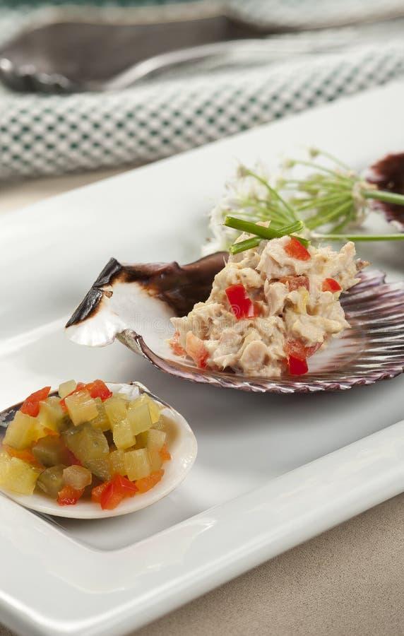 Gedobbelde komkommers en tonijn op shells royalty-vrije stock fotografie