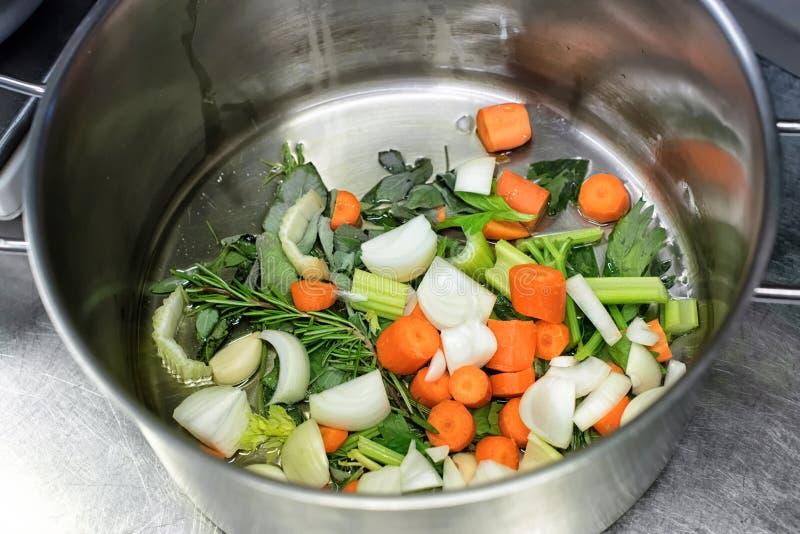 Gedobbelde verse groenten en kruiden in een steelpan royalty-vrije stock afbeeldingen