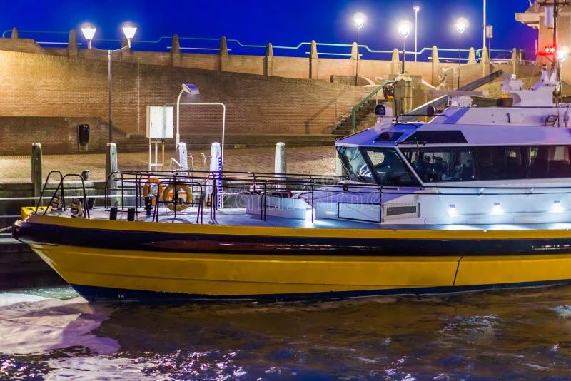 Gedokte moderne aangestoken boot, in de haven van Vlissingen bij nacht, Zeeland, Nederland stock afbeeldingen