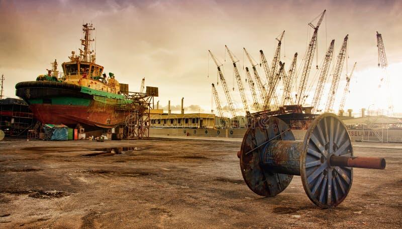 Gedokte sleepbootboot bij droog stock foto's