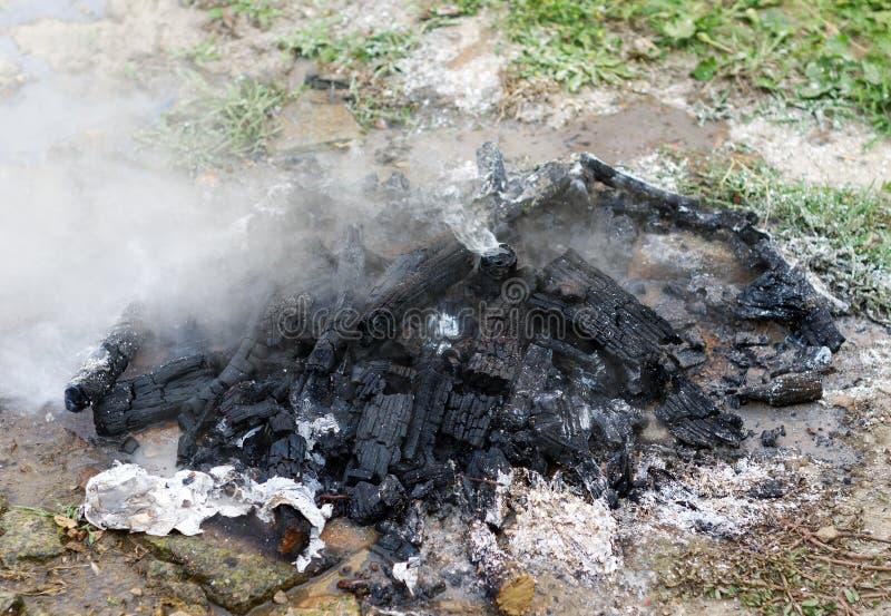 Gedoofd rokend vuur royalty-vrije stock afbeeldingen