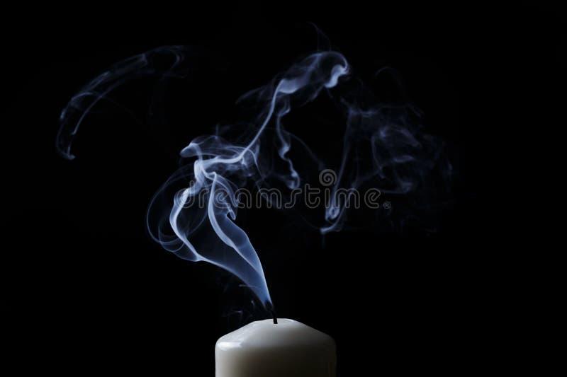 Gedoofde kaars met blauwe rook royalty-vrije stock foto