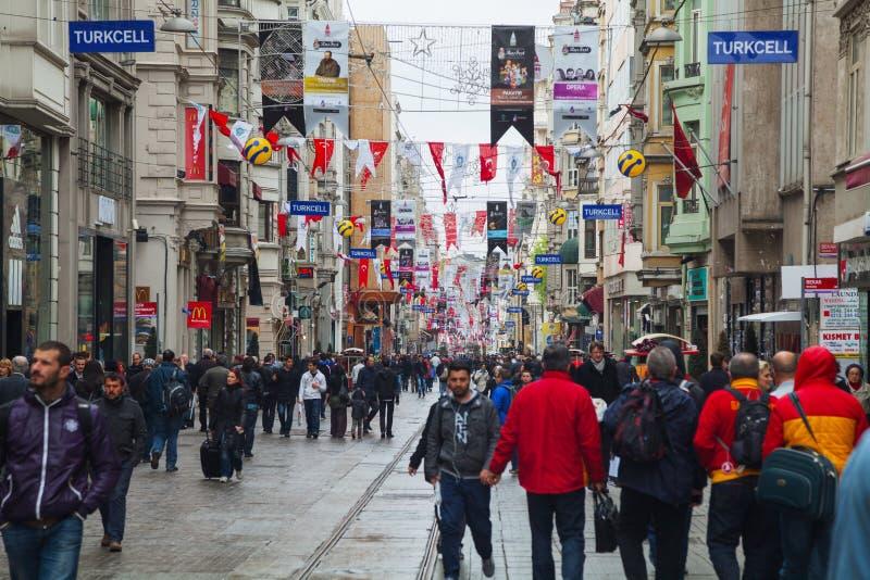 Gedrängte Istiklal-Straße in Istanbul stockbild