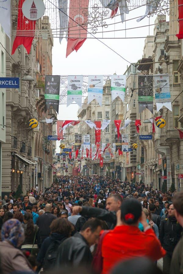 Gedrängte istiklal Straße mit Touristen in Istanbul lizenzfreies stockbild
