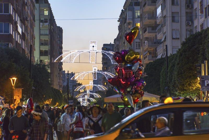 Gedrängte Straße, aufgeregte Leute und Ballonverkäufer am orange Blüten-Festival in Adana-Provinz von der Türkei stockbilder