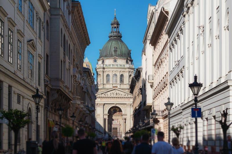 Gedrängter Tourist an Straße Zrinyi Utca mit St Stephen Basilika in Budapest, Ungarn stockfoto