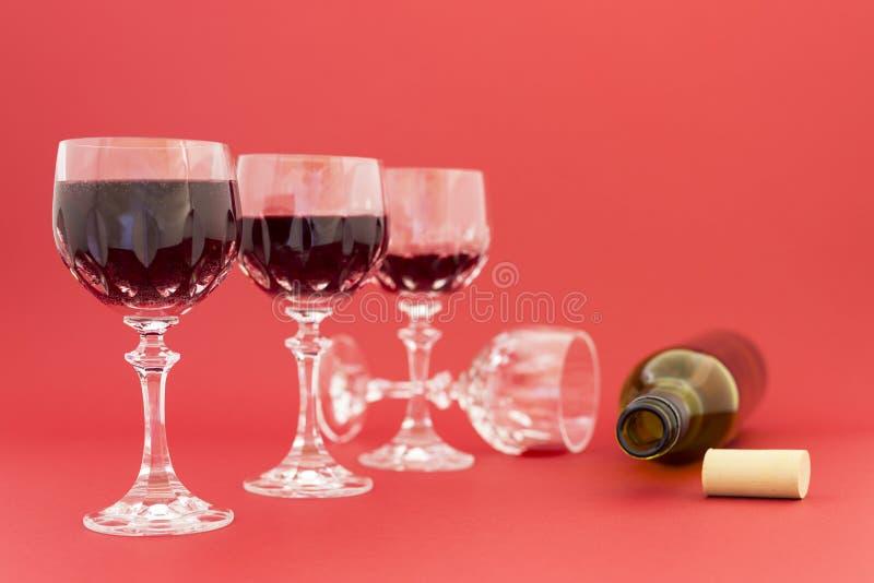 Gedronken het worden van rode wijn in elegante kristalglazen stock fotografie