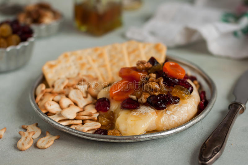 Gedroogd fruit, Okkernoot en Honey Baked Brie stock fotografie
