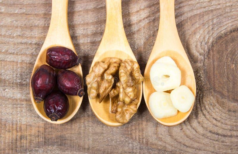 Gedroogd fruit van haagdoorn, knoflook en okkernoten Het concept alternatieve geneeskunde royalty-vrije stock foto's