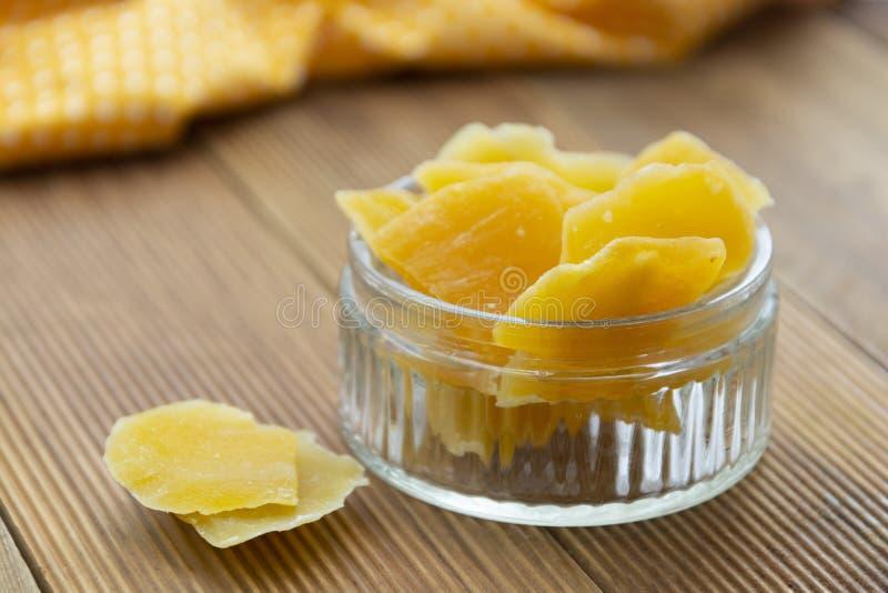 Gedroogd mango in glazen kom op houten achtergrond, gezonde snack, vruchtensnijders stock foto's