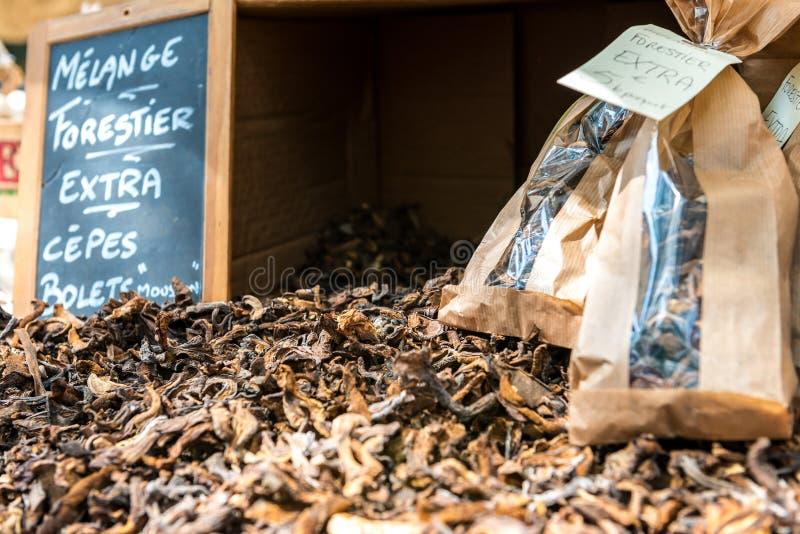 Gedroogde paddenstoelen op de markt stock afbeeldingen