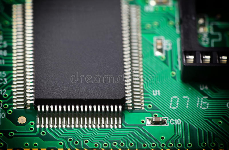 Gedrukte Kringsraad met elektrocomponenten stock afbeeldingen