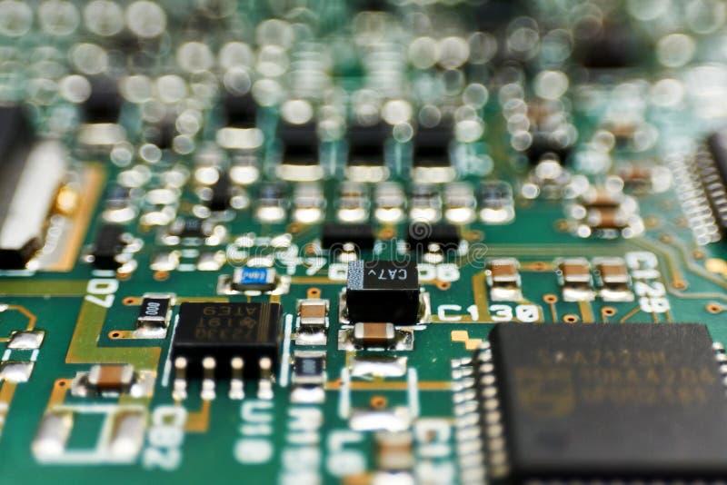 Gedrukte kringsraad met spaanders en radiocomponentenelektronika stock afbeeldingen