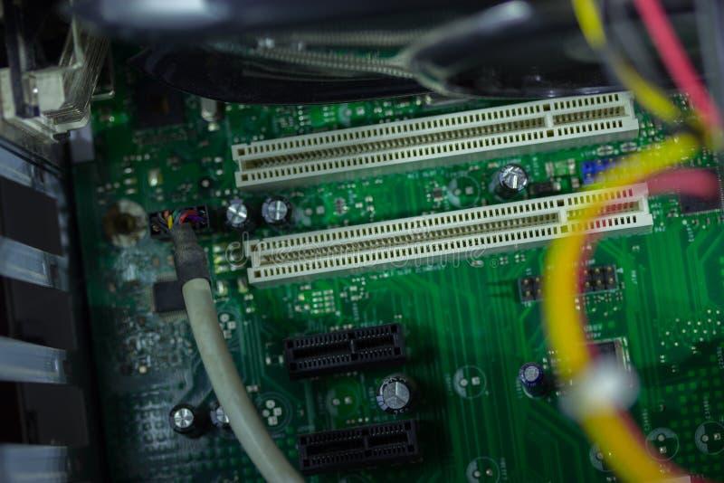 Gedrukte Kringsraad met vele elektrocomponenten stock afbeeldingen