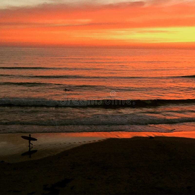 Geduld - Sonnenuntergangsurfer stockfoto