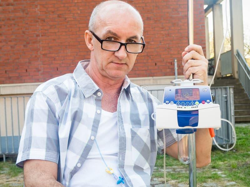 Geduldige durchmachende Chemobehandlung mit der Infusionspumpe, die IV einzieht lizenzfreie stockfotografie