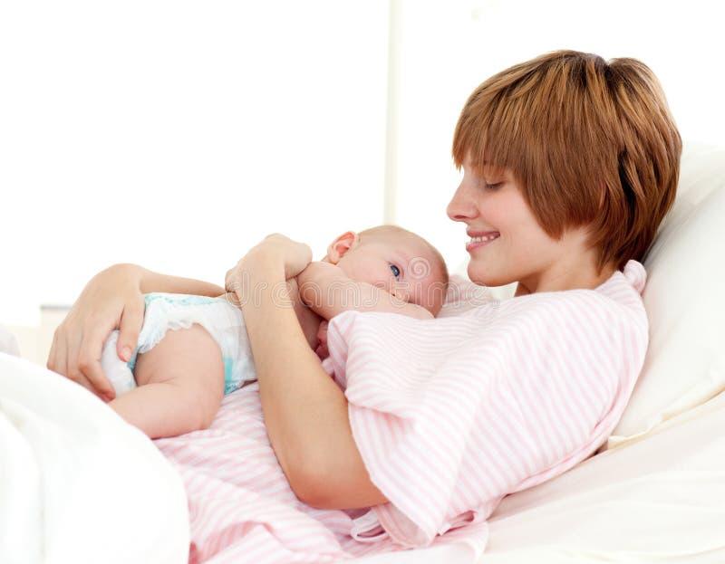 Geduldige en pasgeboren baby in bed royalty-vrije stock foto's