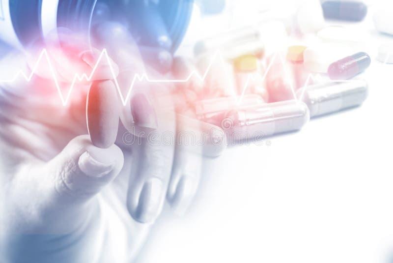 Geduldige Hand der Doppelbelichtungsfrau, die Pille mit irgendeinem Medizin- und Herzschlag im Hintergrund mit Kopienraum hält lizenzfreies stockbild