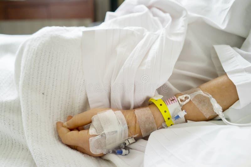 Geduldige Hand mit Infusion im Krankenhaus lizenzfreies stockbild