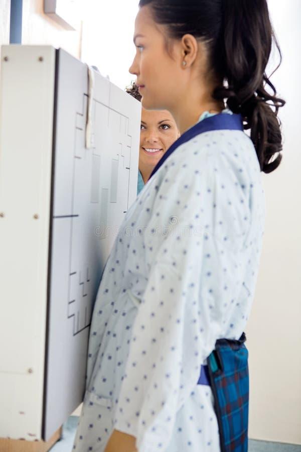 Geduldige Krijgende Borströntgenstraal stock foto's