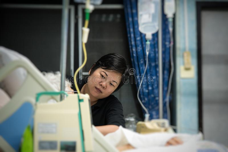 Geduldige relative nehmende medizinische Versorgung des älteren Patienten stockfoto