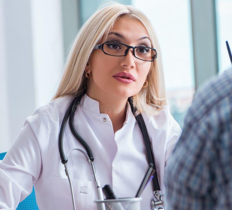 Geduldiger Besuchsdoktor f?r medizinische Untersuchung im Krankenhaus lizenzfreie stockbilder