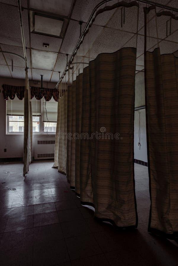 Geduldiger Raum - verlassenes Krankenhaus - Brecksville-Veteranen-Verwaltung - Ohio lizenzfreie stockbilder