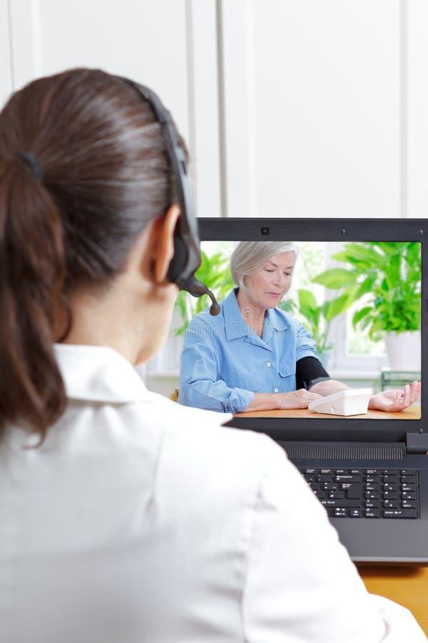Geduldiges e-healt Blutdruck Doktors stockfotografie