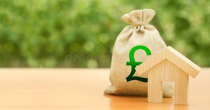 Gedwongen huisbeeld en geldzak met pond sterling GBP-symbool Begroting, gesubsidieerde fondsen Hypothecaire lening voor de aankoo royalty-vrije stock foto