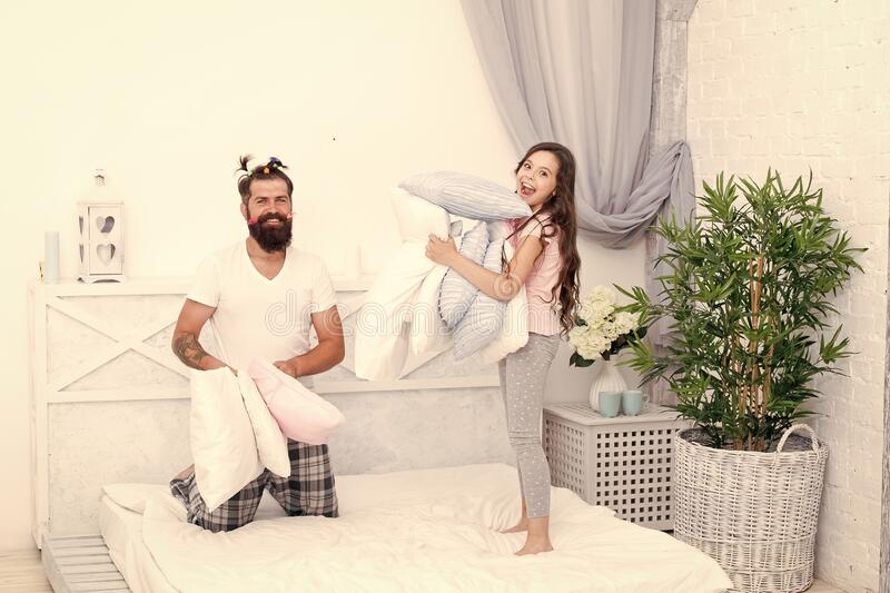 Geef affectie en steun Sincere emoties Pajamasfeest Fijne jeugd Opvoedende gelukkige dochter Fijne familie stock afbeelding