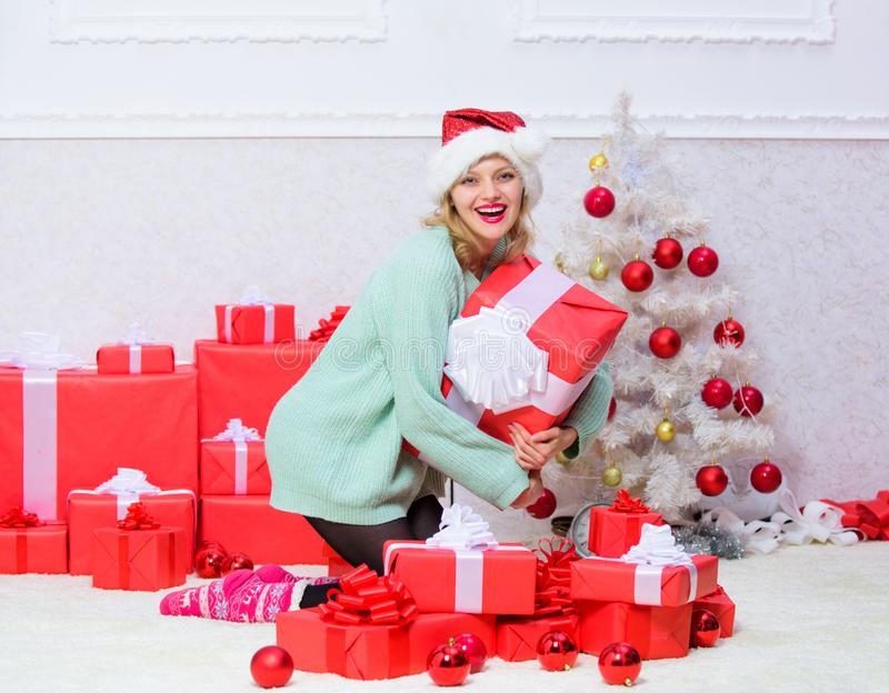 Geef haar gift die zij altijd wilde Vrouw opgewekte de giftdoos van de blondegreep met boog Perfecte gift voor meisje of vrouw stock foto