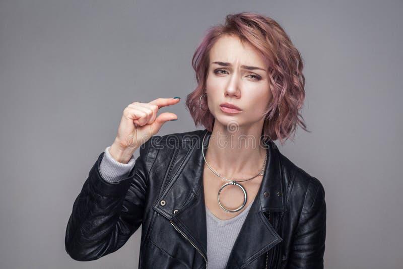 Geef me een klein beetje Portret van hoopvol mooi meisje met kort haar en make-up in toevallige het jasje van het stijl zwarte le stock foto's