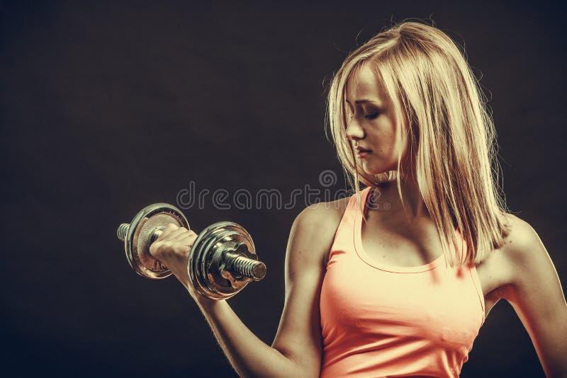 Geeignete Frau, die mit Dummköpfen trainiert lizenzfreies stockbild