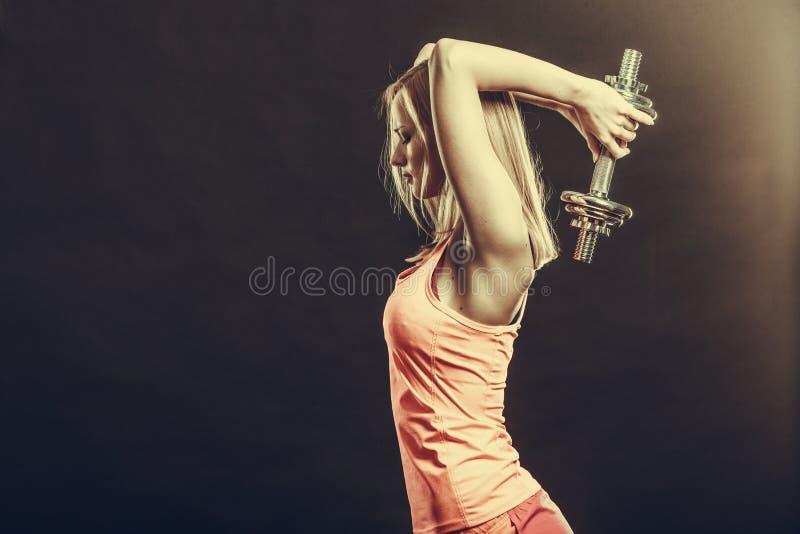 Geeignete Frau, die mit Dummköpfen trainiert lizenzfreie stockfotografie