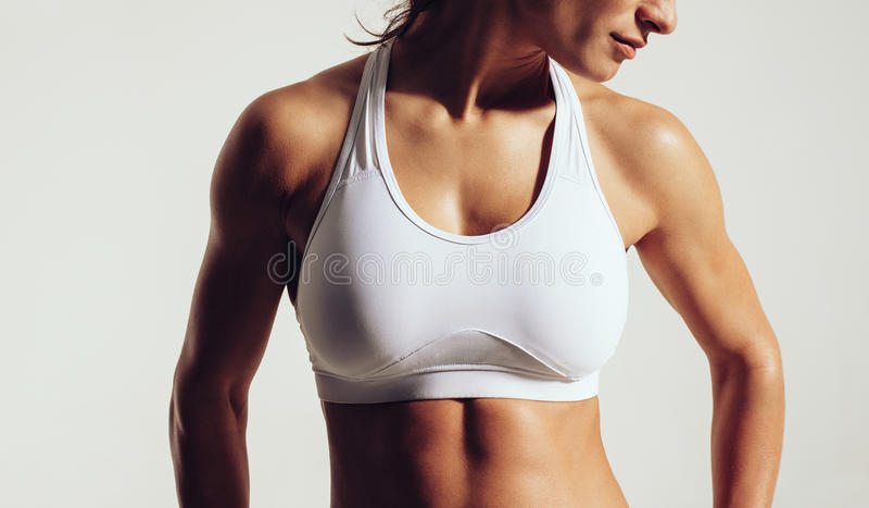 Geeignete Frau im Sport-BH stockfoto