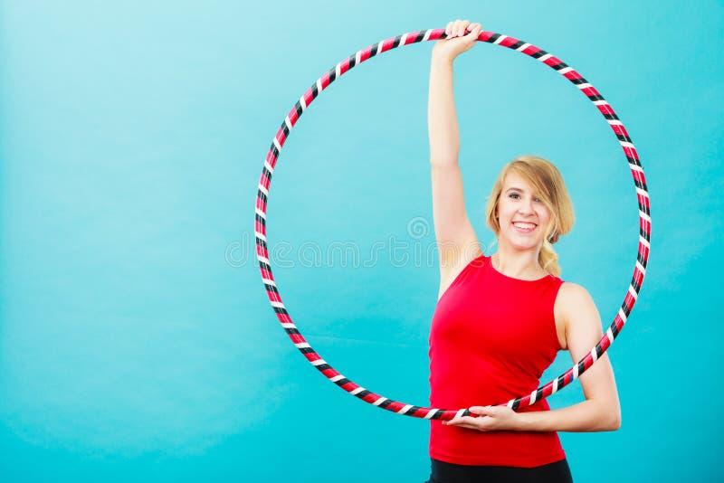 Geeignete Frau mit hula Band, das Übung tut lizenzfreies stockbild