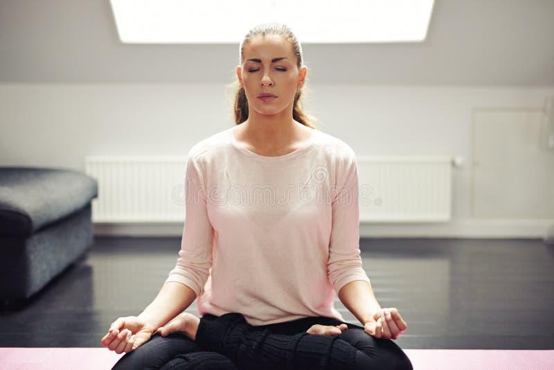 Geeignete junge Frau in der Meditation lizenzfreie stockfotografie