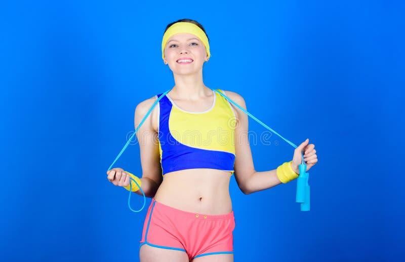 Geeignete Karosserie Sportspringseilausrüstung Athletische Eignung Glückliches Frauentraining mit Seilspringen Starke Muskeln und stockfotos